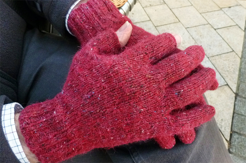 Free Knitted Glove Pattern : Photography/iPhone Gloves - Buttons and Beeswax